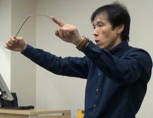 針金を例に「たわめ」を説明する大内先生