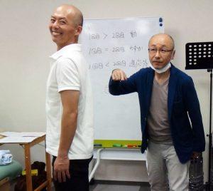 姿勢について言及する松本先生 再発予防の指導が出来るのがカイロプラクティックの強み。