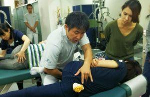 ランバーロール(腰椎CMTのテクニック名)で標的となる関節に狙いを定めているところ