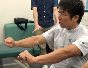 野球肘に対し、患部の血流をよくするためのグーパー運動はとくにお勧め。グー