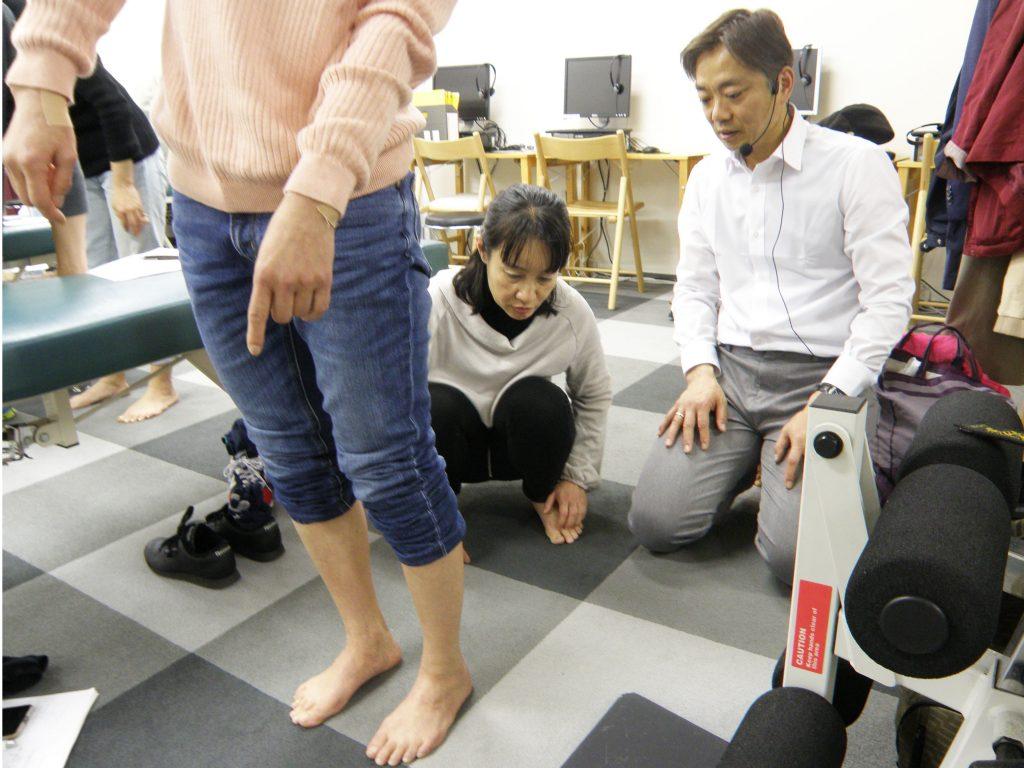 足の検査法を練習しているところ。セミナーでは見ていくポイントを説明。