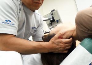 頸椎の関節の動きを感じながら調整していく