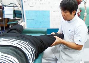 膝がまっすぐ伸ばせない「伸展制限」をリリースしていく手技を実演
