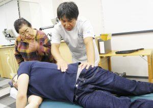 クライアントさんの脚の重みを使い、側腹、腰~骨盤にかけてストレッチ